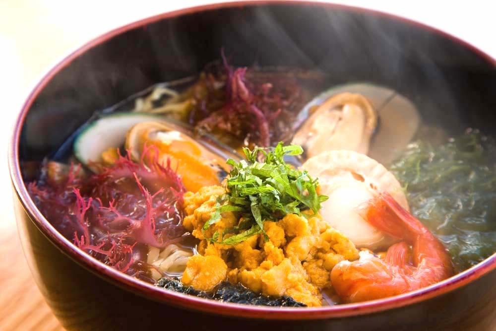 あっさり塩味の「磯ラーメン」ウニをはじめ地元産の魚介がたっぷり