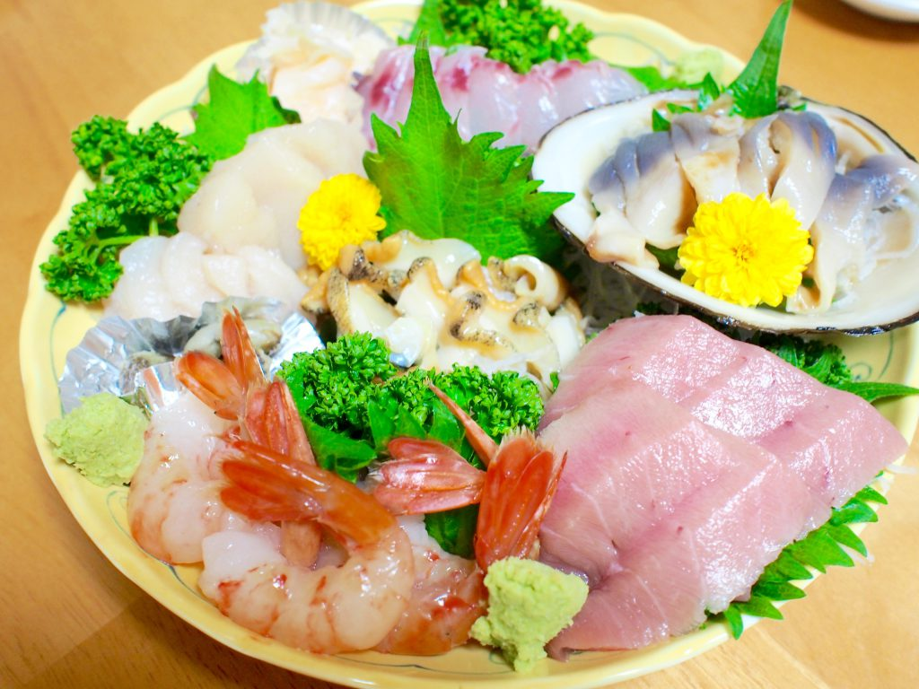 港町ならではの新鮮な魚介の刺身は、何よりの酒の肴