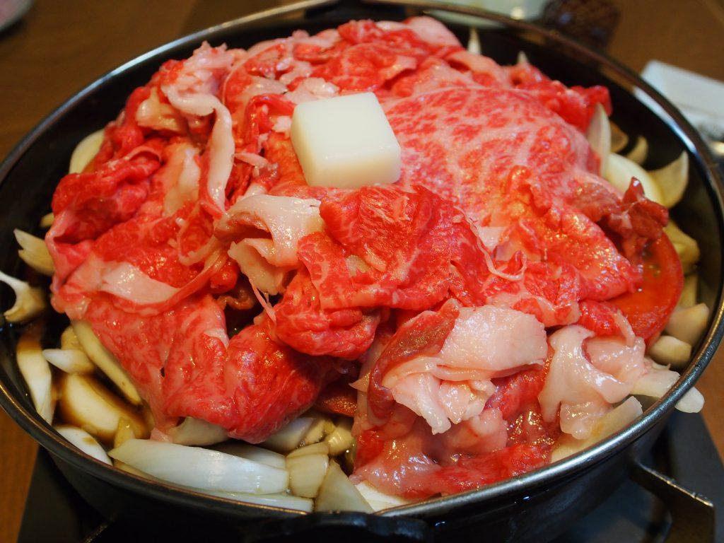 地魚はもちろん、肉や野菜も充実。横丁でいただくすき焼きもまた格別