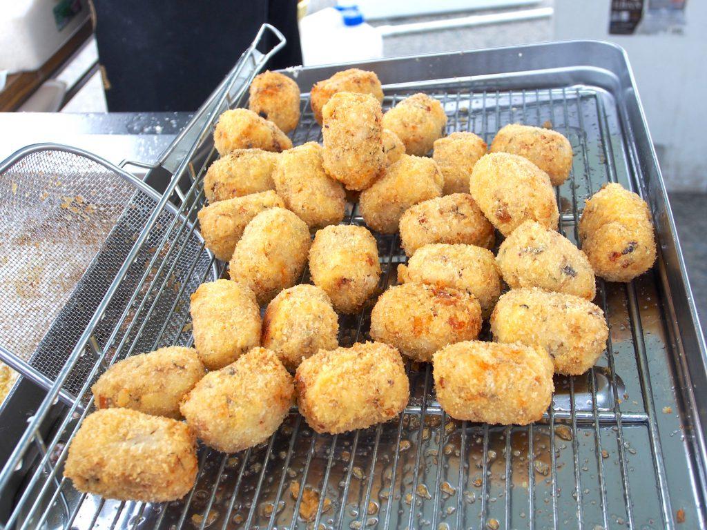名物のサバとシソ、チーズをご飯とまぜたライスコロッケ「八戸サバコロ」