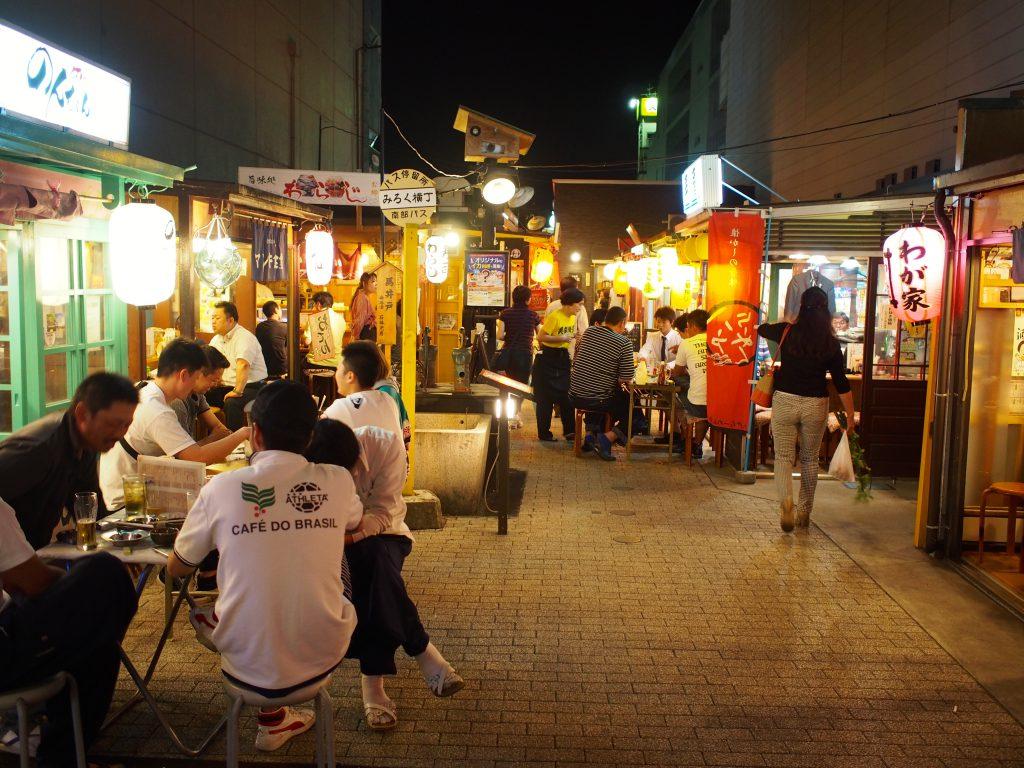 三陸復興を祈念して誕生した「みろく横丁」は、観光客も訪れる屋台村風の横丁