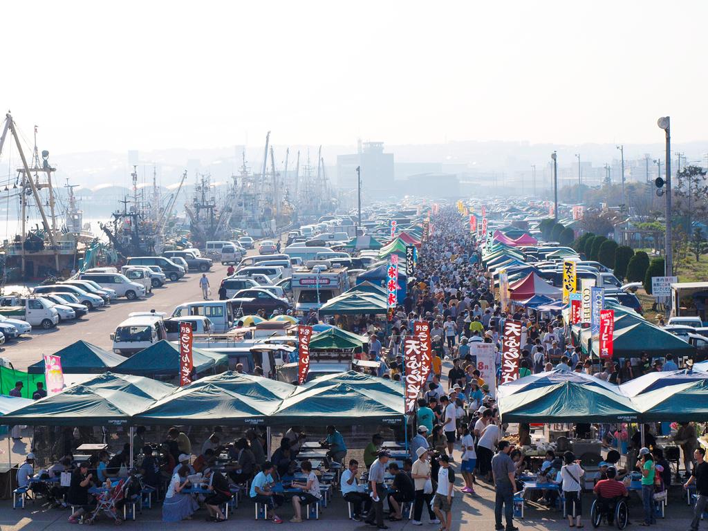 八戸港を囲むように開催される館鼻岸壁海岸朝市